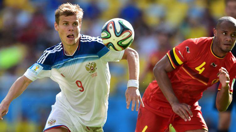 L'attaquant russe Kokorin face au capitaine belge Vincent Kompany (GABRIEL BOUYS / AFP)
