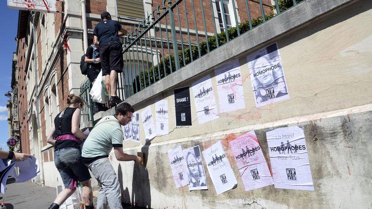 """Les affiches portant l'inscription """"Homophobes"""" placardées sur le siège de la fondation Jérôme-Lejeune, à Paris, le 4 août 2013. (BERTRAND GUAY / AFP)"""
