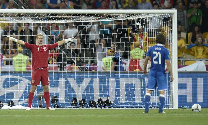 Andrea Pirlo s'apprête à tirer son pénalty face au gardien Anglais Joe Hart, lors des quarts de finale de l'Euro 2012 à Kiev. (FILIPPO MONTEFORTE / AFP)