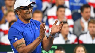 Yannick Noah félicite Benoît Pairelors de la rencontre face à l'Espagnol Carreno Busta, en demi-finale de Coupe Davis, le 14 septembre 2018. (PHILIPPE HUGUEN / AFP)