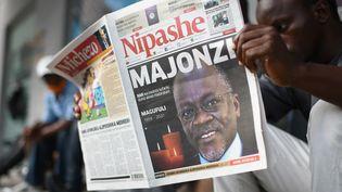 """""""Majonzi"""", """"en deuil"""", titrait la presse tanzanienne, annonçant la mort du président John Pombe Magufuli, à Dar Es Salaam, le 18 mars 2021. (- / AFP)"""