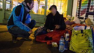 Unbénévolede l'association Action Froid discute avec une femme sans abri lors d'une maraude dans Parisle 21 janvier 2017 (Illustration) (MAXPPP)