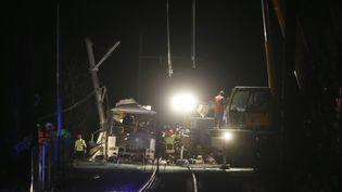Des pompiers, policiers et secouristes sont déployés sur le site de l'accident à Millas (Pyrénées-Orientales), jeudi 14 décembre 2017. (RAYMOND ROIG / AFP)