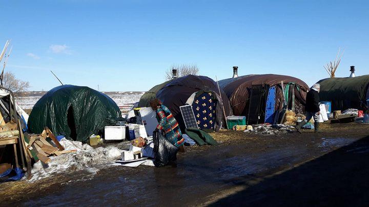 D'abord installés sur le site du chantier du Dakota Access Pipeline, les opposants au projet d'oléoduc ont du évacuer. Ils se sont repliés en bordure du site. (MATHILDE LEMAIRE / RADIO FRANCE)