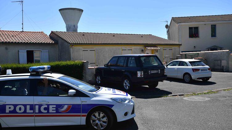 Un véhicule de police près du domicile d'un retraité de la police, considéré comme le leader d'un groupuscule d'ultradroite, le 25 juin 2018, à Tonay-Charente (Charente-Maritime). (XAVIER LEOTY / AFP)