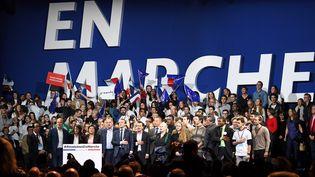 Emmanuel Macron, entouré de proches et de militants d'En marche !, le 10 décembre 2016 à Paris. (ERIC FEFERBERG / AFP)