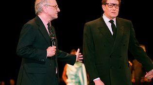 L'homme d'affaires, Pierre Bergé (G) et le couturier Yves Saint Laurent, lors des 30 ans de la fondation de la maison Saint Laurent, à Paris, le 29 septembre 1992. (PIERRE GUILLAUD / AFP)
