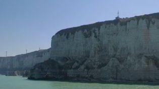 Le port normand de Fécand (Seine-Maritime) vit depuis des siècles au rythme des marins. Si les pêcheurs qui partaient jadis de l'autre côté de l'Atlantique ont disparu, le Mille-pattes, un vieux gréement, et son capitaine Astérix naviguent toujours. (FRANCE 3)