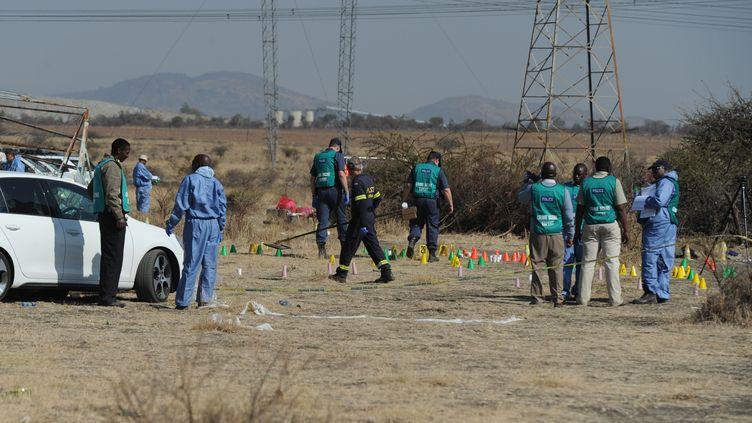 Les enquêteurs arrivent sur les lieux de la fusillade qui a fait 34 morts parmi des mineurs sud-africains, le 18 août 2012, à Marikana. (AFP   )