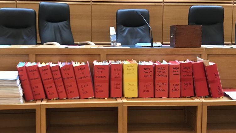 Les dossiers du procès de Claude Chossat, à la cour d'assises des Bouches-du-Rhône, le7 novembre 2019. (LAURE DE BEAULIEU / RADIO FRANCE)