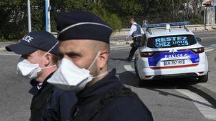 Des policiers, lors d'un contrôle à Marseille (Bouches-du-Rhône), le 1er avril 2020. (photo d'illustration) (CHRISTOPHE SIMON / AFP)
