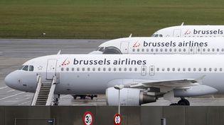 Des avions de la compagnie Brussels Airlines, le 19 novembre 2013 à l'aéroport international de Bruxelles (Belgique). (FRANCOIS LENOIR / REUTERS)