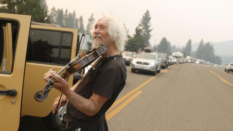 Mel Smothers, 74 ans, lors de l'évacuation de la région du lac Tahoe, en Californie, lundi 30 août 2021. (JUSTIN SULLIVAN / GETTY IMAGES NORTH AMERICA VIA AFP)