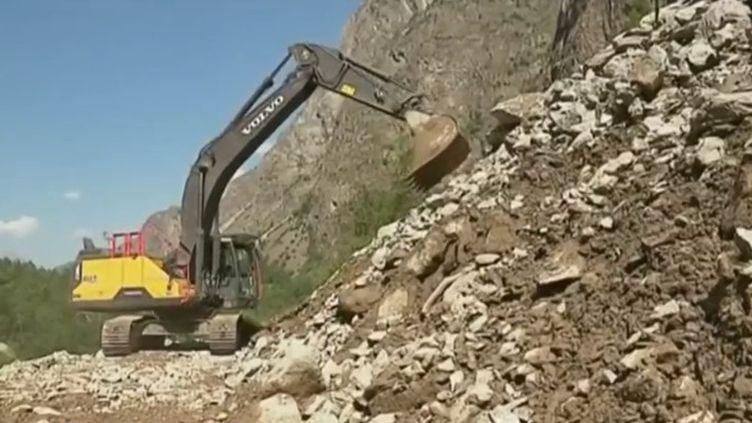 Dans les Hautes-Alpes, jeudi 25 juillet au soir, des centaines de véhicules ont été bloqués par quatre coulées de boue. (FRANCE 3)