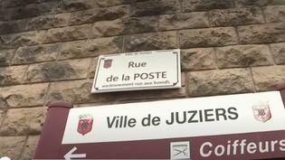 Jeannine, une habitante de Juziers (Yvelines) décédée en 2018, a décidé de léguer plus de 2 millions d'euros en biens immobiliers à la commune. La rue de La Poste, où elle vivait, sera rebaptisée à son nom. (CAPTURE ECRAN FRANCE 2)