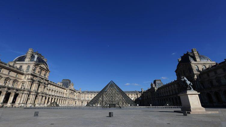 Le Louvre fermé, déserté, mais jamais oublié, sous un ciel bleu, le 2 mai 2020 (JP PARIENTE / SIPA)