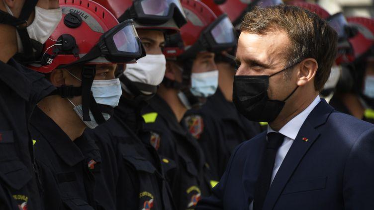 Emmanuel Macron rencontre des pompiers dans la vallée de la Roya, le 7 octobre 2020. (CHRISTOPHE SIMON / POOL)