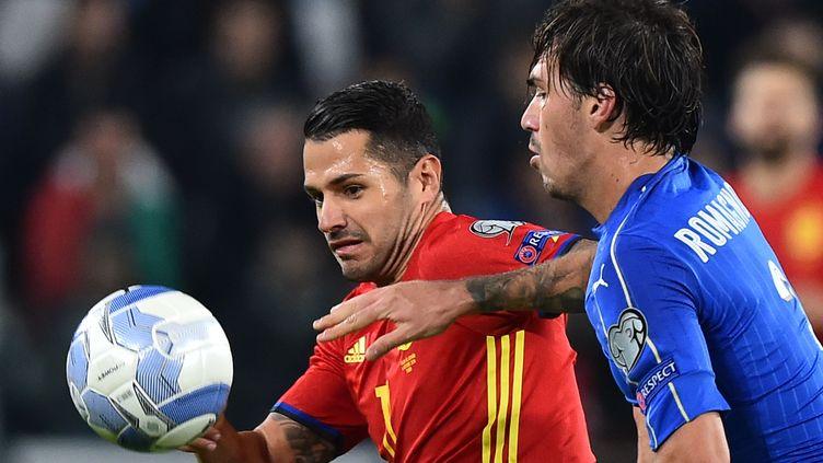 L'Espagnol Vitolo face à l'Italien Alessandro Romagnoli (GIUSEPPE CACACE / AFP)