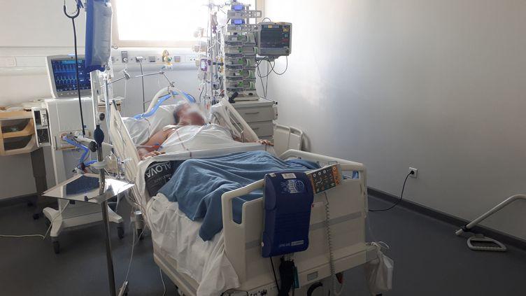 Un patient atteint du Covid-19 en réanimation à l'hôpital d'Avignon (Vaucluse). Photo d'illustration. (MARIE-AUDREY LAVAUD / FRANCE-BLEU VAUCLUSE / RADIO FRANCE)