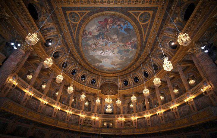 Plafond de l'opéra royal de Versailles peint par Louis Durameau  (CLAIRE LEBERTRE / AFP)