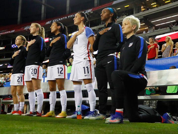 La joueuse américaine de football,Megan Rapinoe, s'agenouille durant l'hymne américain, avant un matchcontre les Pays-Bas, le 18 septembre 2016, à Atlanta (Géorgie). (KEVIN C. COX / GETTY IMAGES NORTH AMERICA)