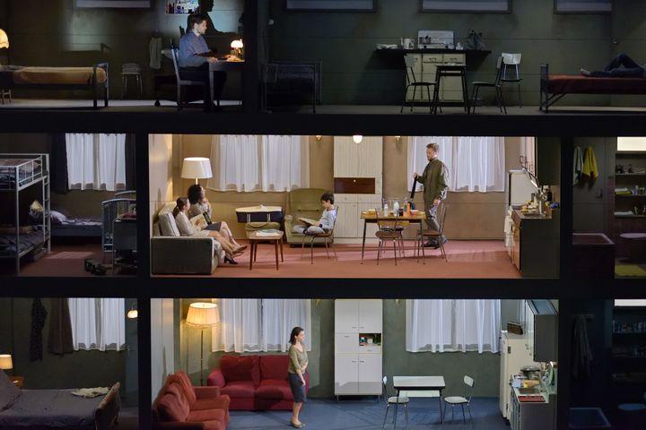 """""""L'Inondation"""" de Filidei et Pommerat à l'Opéra Comique : ici de bas en haut: Chloé Briot (la Femme), Yael Raanan-Vandor (la Voisine), Enguerrand de Hys (le voisin), enfants de la Maîtrise Populaire de l'Opéra Comique, Guilhem Terrail (le Narrateur). (STEFAN BRION)"""