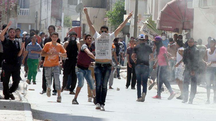 Des heurts ont opposé les forces de l'ordre et des militants salafistes dans la banlieue de Tunis (Tunisie), le 19 mai 2013. (KHALIL / AFP)