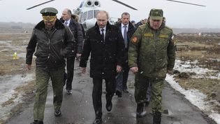 Le président russe Vladimir Poutine (C), accompagné du ministre russe de la Défense, Sergueï Choïgou(G), vient assister à des exercices militaires à Kirilovsky, au nord de Moscou (Russie). (RIA NOVOSTI / REUTERS)