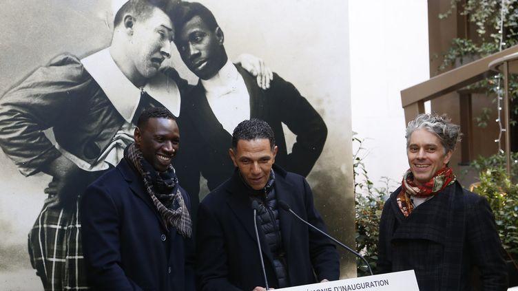 Omar Sy, Roschdy Zem et James Thierre à Paris le 20 janvier 2016, lors de l'inauguration de la plaque commémorative à la mémoire de Rafael Padilla  (Thomas Samson / AFP)