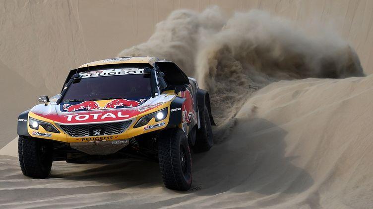 Stéphane Peterhansel, M. Dakar au volant de sa Peugeot (FRANCK FIFE / AFP)