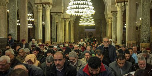 Dans la Grande mosquée de Kairouan (centre), considérée comme le centre spirituel et religieux de la Tunisie, le 12 janvier 2014. (AFP - Anadolu Agency - Amine Landoulsi)
