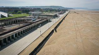 Une vue aérienne des Planches de Deauville, au 34e jour de confinement, le 19 avril 2020. (LOU BENOIST / AFP)