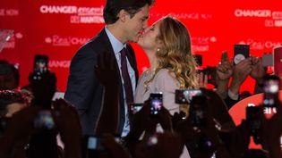 Justin Trudeau, chef du Parti libéral du Canada embrasse sa femme Sophiesur scène à Montréal le 20 Octobre à 2015, après avoir remporté les élections générales (NICHOLAS KAMM / AFP)