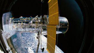 Le télescope Hubble lorsqu'il a été déployé depuis la soute de la navette spatiale Discovery, le 25 avril 1990. (NASA / MAXPPP)