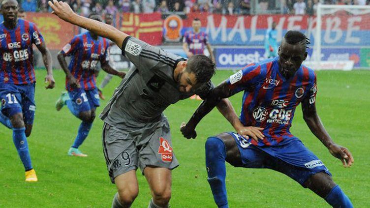 André Pierre Gignac (Marseille) à la lutte avec Yrondu Musavu-King (Caen) (JEAN-FRANCOIS MONIER / AFP)