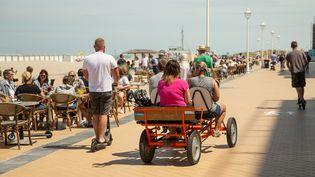 Des gens profitent du soleil le long des côtes belges à Nieuport, le 14 juin 2020. (JAMES ARTHUR GEKIERE / BELGA MAG / AFP)