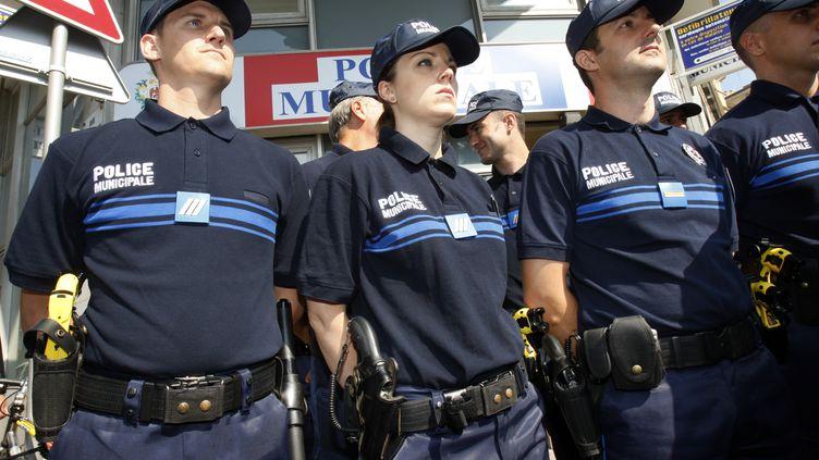 Des policiers municipaux à Nice, en 2009. (VALERY HACHE / AFP)