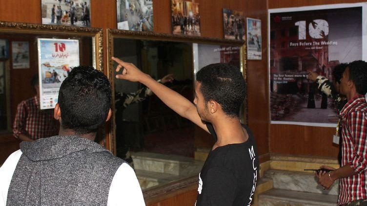 """Avant la première projection à Aden de """"10 jours avant le mariage"""", film d'Amr Gamal tourné dans le Yémen en guerre  (Saleh al-Obeidi / AFP)"""