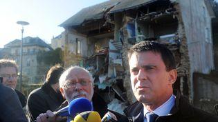Manuel Valls,ministre de l'Intérieur,dans les rues inondées de Quimperlé (Finistère), le 26 décembre 2013 après el passage de la tempête Dirk (FRED TANNEAU / AFP)