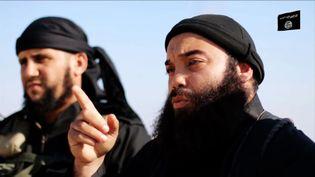 Boubaker El Hakim (à droite), dans une vidéo de propagande de l'Etat islamique, en décembre 2014. (AL-ITISAAM MEDIA FOUNDATION / AFP)