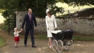 Le prince William et sa femme Kate, accompagnés de George, quitte l'église où Charlotte a été baptisée, le 5 juillet 2015 en Angleterre. (MATT DUNHAM / AP / SIPA)