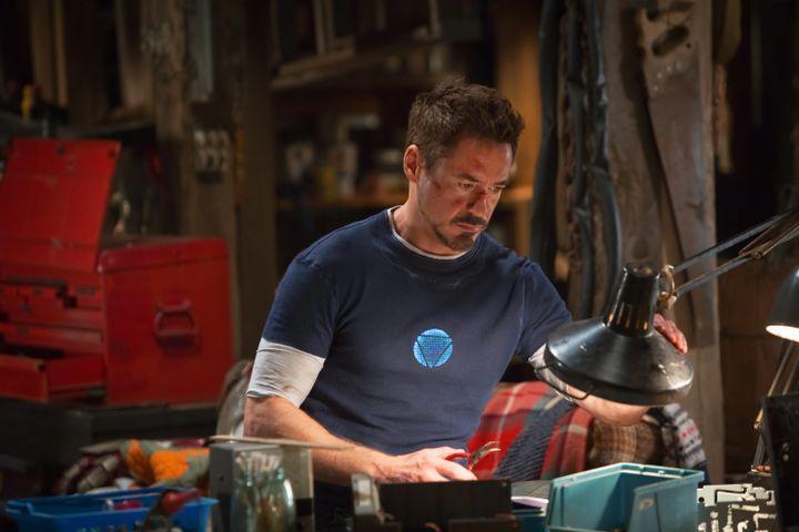 Scène du film Iron Man où l'on voit Tony Stark (interprété par Robert Downey) dans son laboratoire. (MAXPPP)