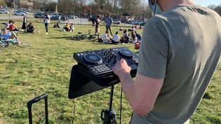 Un DJ mixe dansun parc public à Lille (Nord), mardi 30 mars 2021. (ANTOINE BAREGE / RADIO FRANCE)
