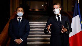 Le président de la République Emmanuel Macron aux côtés du ministre de l'Intérieur Gérald Darmanin, le 20 octobre 2020, lors d'un déplacement à Bobigny (Seine-Saint-Denis). (LUDOVIC MARIN / AFP)