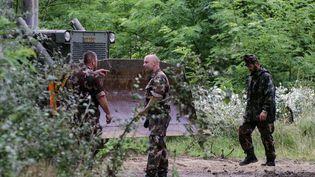 Des soldats hongrois commencent l'édification d'un mur anti-immigration, le 13 juillet 2015, le long de lafrontière avec la Serbie, près du villageMorahalom. (CSABA SEGESVARI / AFP)
