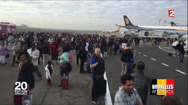Emotion et témoignages à Bruxelles après l'attentat de l'aéroport