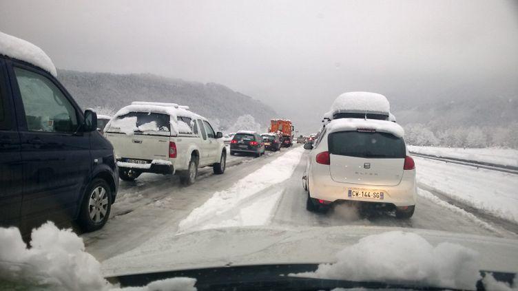 Les chaussées étaient d'autant moins praticables qu'une couche de verglas s'est mêlée à la couche de neige, comme ici sur l'autoroute près de Moûtiers (Savoie). (MAXPPP)