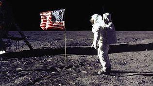 L'astronaute Buzz Aldrin face au drapeau américain planté sur la Lune, le 20 juillet 1969. (NASA / AFP)
