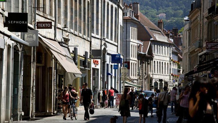 Une rue du centre-ville de Besançon (Doubs), le 9 septembre 2020. (PHILIPPE ROY / AFP)
