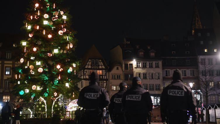 Des policiers au marché de Noël de Strasbourg (Bas-Rhin), le 13 décembre 2018. (ALAIN JOCARD / AFP)